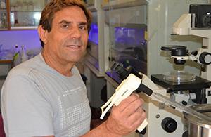 פרופ' אדוארדו  מיטרני במעבדה