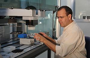 פרופ' ניר פרידמן במעבדה